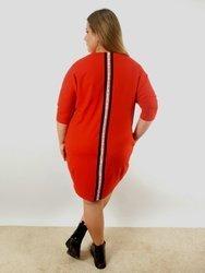 Czerwona sukienka PLUS SIZE z dzianiny z ozdobną taśmą